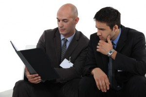 Agent commercial négociant avec le client