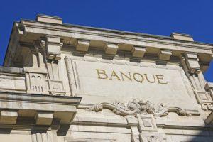 Banque imposant une clause pénale