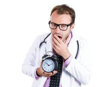 Médecin fatigué et heures supplémentaires