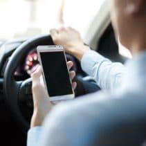 Le salarié connecté à son smartphone